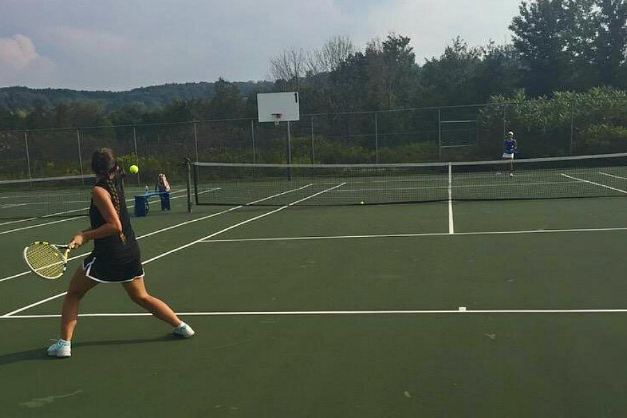 Tina Hollen won in straight sets Tuesday as the tennis team moved to 2-2.