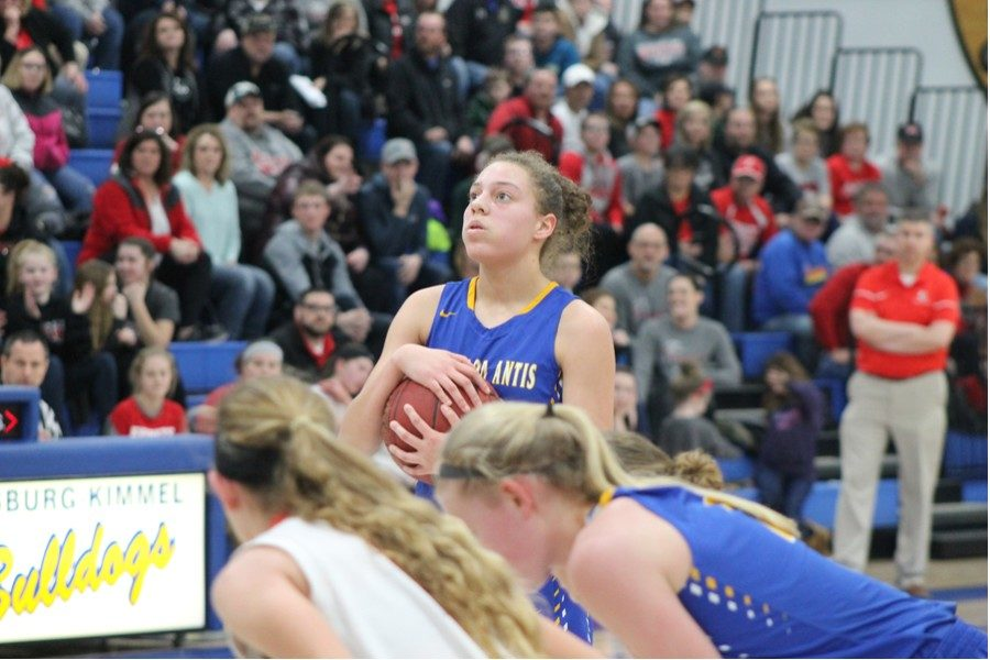 Sakeria+Haralson+embraces+the+ball+as+she+prepares+to+take+two+big+foul+shots+against+Everett+in+the+ICC+championship.