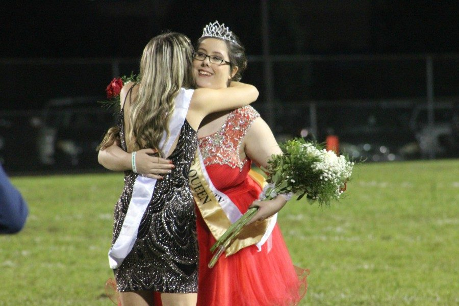 Kaylee+Kasper+gets+a+big+hug+from+Paige+Wenner+after+being+crowned+2018+Homecoming+Queen.